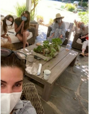 Jennifer Aniston posts pic from Sandra Bullock